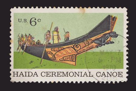 poststempel: UNITED STATES OF AMERICA - CIRCA 1970: Eine Briefmarke gedruckt in USA zeigt einen nordamerikanischen Indianer Haida zeremoniellen Kanu. Sonderbriefmarke für die Centenary of American Natural History Museum, circa 1970 Editorial