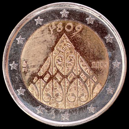 autonomia: Un conmemorativa circular moneda de dos euros y emitidos por Finlandia en 2009 y celebrando el 200 aniversario de la autonom�a finlandesa y Porvoo dieta. Imagen aislado sobre fondo negro. Foto de archivo