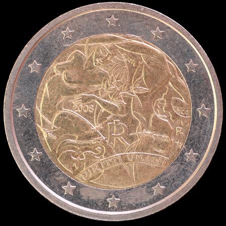 derechos humanos: Un conmemorativa circulado moneda de dos euros y emitidos por Italia en 2008 para celebrar el 60 aniversario de la Declaración Universal de los Derechos Humanos. Imagen aislado sobre fondo negro.