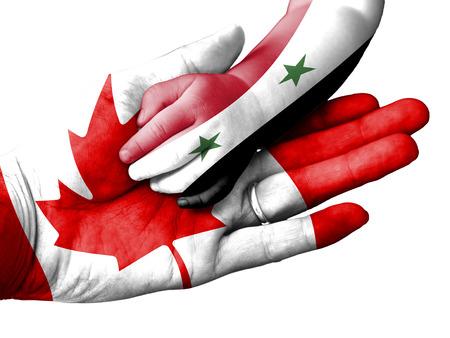 ni�os ayudando: Bandera de Canad� superpone la mano de un hombre adulto sosteniendo una mano del beb� con la bandera de Siria sobreimpresa. Imagen conceptual para la ayuda, ayuda, asistencia, salvamento. Aislado en el fondo blanco