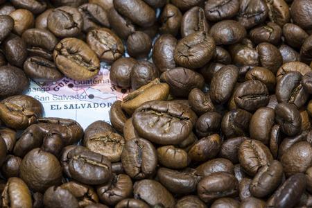 mapa de el salvador: Mapa geográfico de El Salvador cubierta por un fondo de granos de café tostado. Esta nación es uno de los principales productores y exportadores de café. Imagen horizontal.