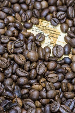 mapa de el salvador: Mapa de cosecha de Am�rica Central cubierto por un fondo de granos de caf� tostado. Guatemala, Honduras, Costa Rica, El Salvador y Nicaragua est�n entre los principales productores y exportadores de caf�. Foto de archivo
