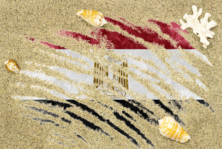 bandera de egipto: National country flag of Egypt under a beach background with sand, sea shells and coral