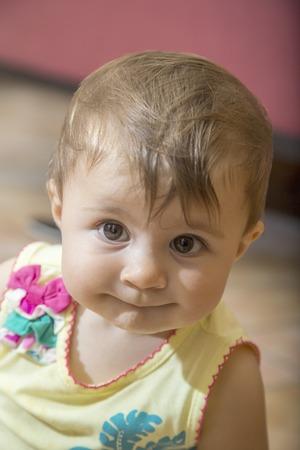 ojos marrones: Primer plano de la adorable ni�a de un a�o con los ojos marrones Foto de archivo