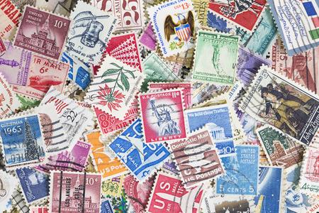 Ongesorteerde verzameling gebruikte postzegels uit de Verenigde Staten van Amerika. Kan als achtergrond worden gebruikt