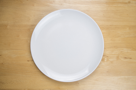 tabel: Empty plate on wooden tabel