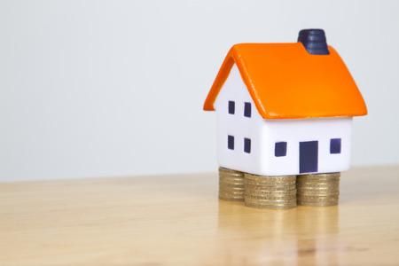 valor: Espuma soporte casa sobre cimientos hecho de dos monedas de libra - Valor de la propiedad concepto