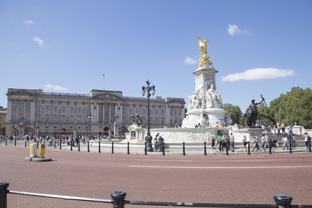 queen of angels: LONDON, UK - AUG 12, 2016. Buckingham palace with Queen victoria memorial and golden angel statue