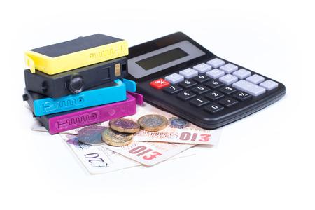 プリンターの消耗品費用のコンセプトは、インク ジェット プリンター、現金お金と電卓、白い背景で隔離のクローズ アップのカラー カートリッジ