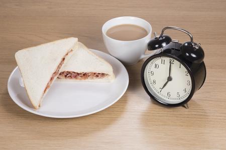 簡単な朝食のスナック 7 に設定されておいしいベーコン サンドイッチ プレート、コーヒーやお茶の時間に目覚まし時計と一緒に仕事に行く前に 写真素材 - 83601090