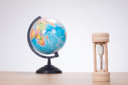 일반 배경 책상에 세계 서와 함께 모래 시계 스톡 콘텐츠