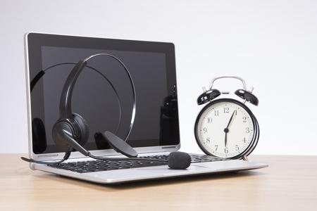 일반 배경 책상에 헤드셋과 노트북으로 알람 시계 서
