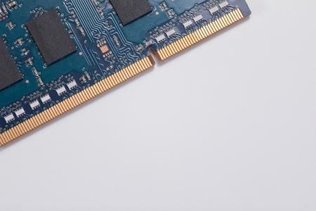 닫기 최대, 파란색 전기 컴퓨터 회로 보드 및 구성 요소 복사본 공간이 평행 흰색 배경에 추상.