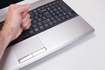 좌절 된 사람이 복사 공간와 평범한 흰색 배경에 그들의 손으로 노트북 컴퓨터 키보드 안타.