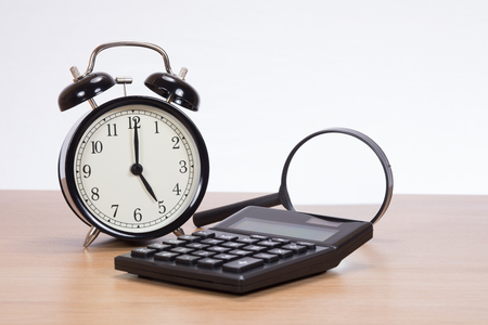오래 된 구식 된 아날로그 시계, 계산기 및 흰색 배경 및 복사 공간 office 책상에 돋보기.