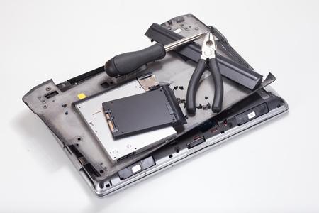 스크루 드라이버 및 흰색 배경에 분해 된 노트북에 누워 펜 치 스톡 콘텐츠