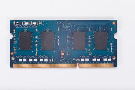 랩톱 컴퓨터 메모리 칩 위의보기 가까이에서 흰색에 격리