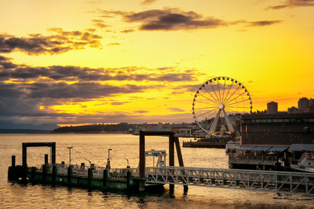 Seattle skyline at dusk with the great wheel and a vibrant yellow sky, WA, USA. 版權商用圖片