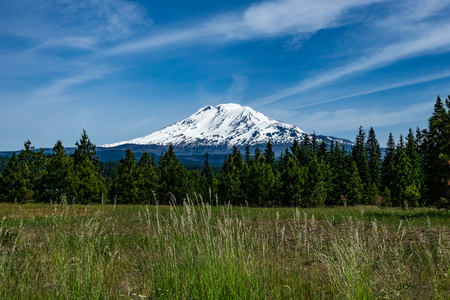 Mount Adams covered with snow on a beautiful day, Cascade Range, Washington state, USA. Banco de Imagens