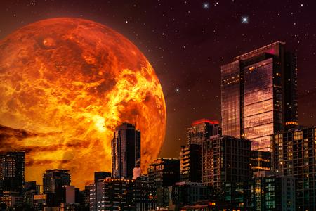 Ilustración de paisaje urbano de ciencia ficción. Horizonte de noche con planeta gigante o sol de fondo y un cielo estrellado. Ilustración compuesta con renderizado 3d y técnica mixta.