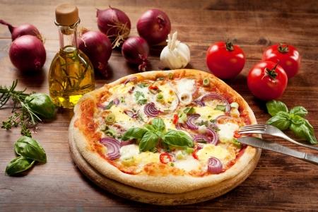 frisch zubereitete Pizza mit Gemüse und Kräutern