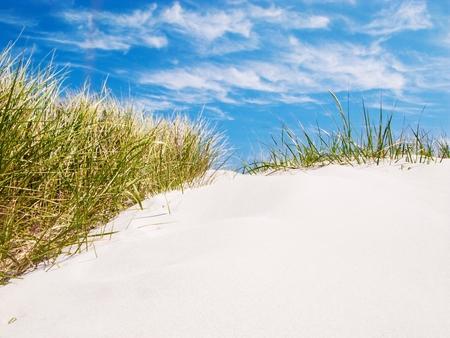 Sanddüne am Strand, blauer Himmel mit Wolken Lizenzfreie Bilder