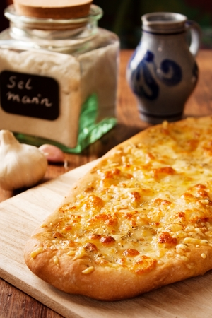 Italienische Focaccia Brot mit Knoblauch, Rosmarin und Mozzarella Lizenzfreie Bilder