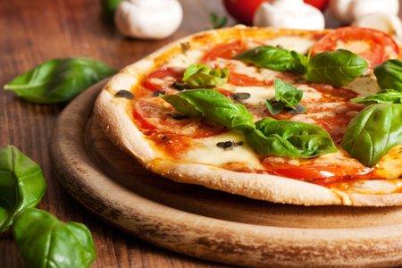 Fresh Vegetarian Pizza Stock Photo - 43827557