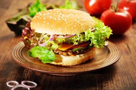 Frische hausgemachte Cheeseburger Lizenzfreie Bilder