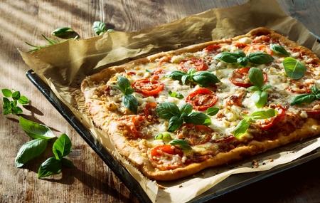 Zelfgemaakte Italiaanse Pizza op bakplaat Stockfoto