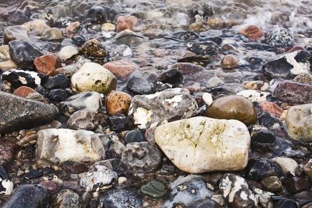 Verschiedene farbige Kieselsteine ??im Wasser Lizenzfreie Bilder
