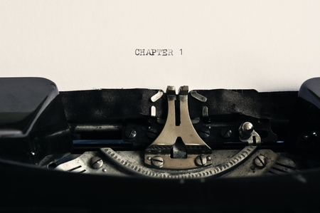 Nostalgic Black and White Typewriter Background / Chapter 1 Standard-Bild