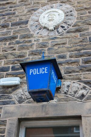 Old police lantern with a police crest above Clitheroe police station in the ribble valley Foto de archivo - 150081245