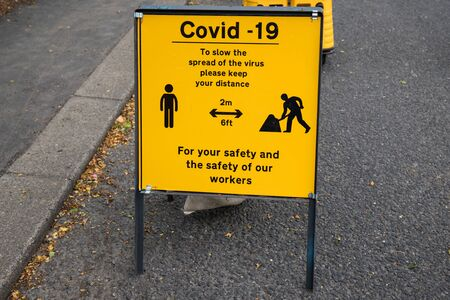 Covid-19 information sign to help protect workers against coronavirus pandemic. Banque d'images