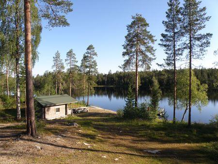 Lago in Finlandia con il fumo 'Sauna a fianco