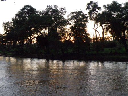 predetor: Kenya Safari, il fiume in Samburu