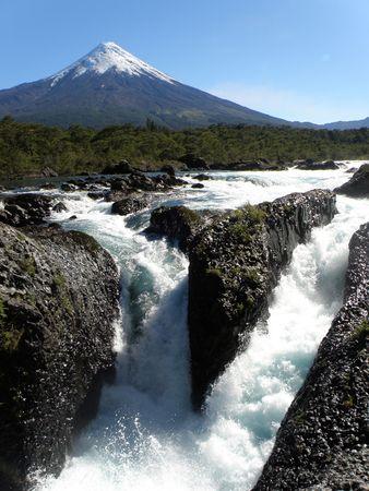 Vulcano Osorno e Petrohue Falls in Cile