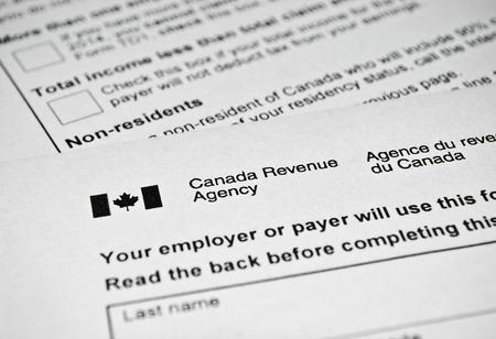 ingresos: Formulario de impuestos canadiense. Declaración de impuestos personal usada en Canadá.