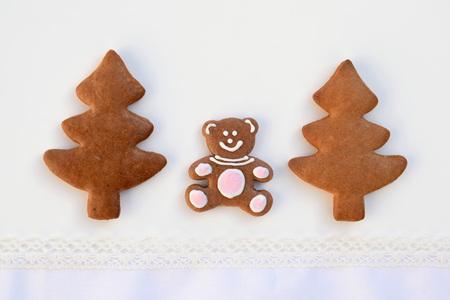 Bear in a forest - original idea with gingerbread cookies Foto de archivo