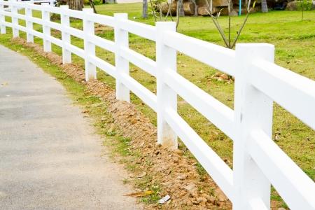 cerca blanca: valla blanca en la carretera Foto de archivo