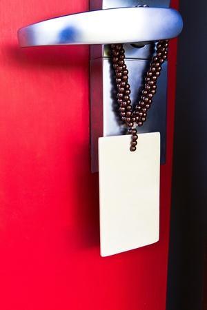 porta rossa con nota vuota