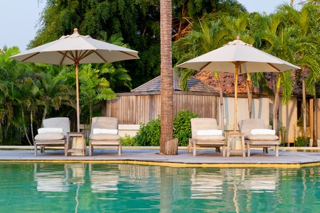 sedie a sdraio sulla piscina