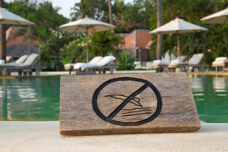 no jump sign on the swimming pool photo
