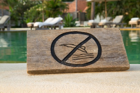 no jump sign on the pool