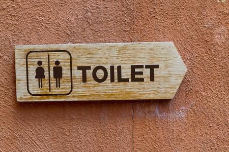 defecate: segno WC sul muro d'epoca Archivio Fotografico