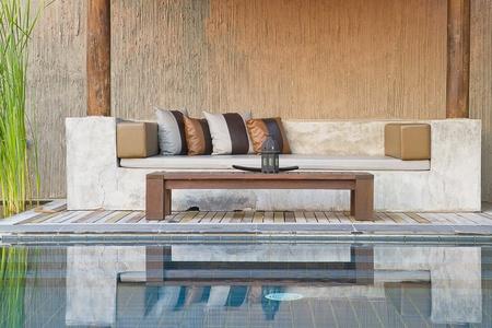 divano e piscina in stile moderno