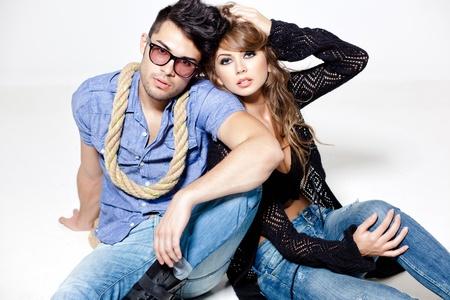 ropa casual: Sexy hombre y una mujer haciendo una sesi�n de fotos de moda en un estudio profesional
