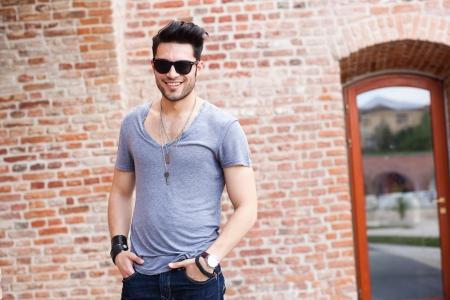 modelos hombres: atractivo modelo masculino joven sonriente