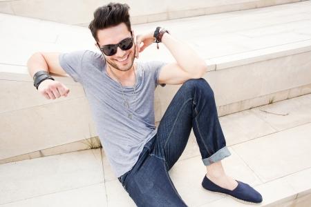 homem: homem atraente vestidos casuais posando ao ar livre Imagens