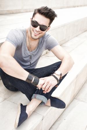 male fashion model: modelo elegante moda masculina sonriente, vestido casual - al aire libre